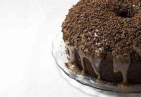 Aprenda a preparar um bolo de brigadeiro recheado de forma simples e prática
