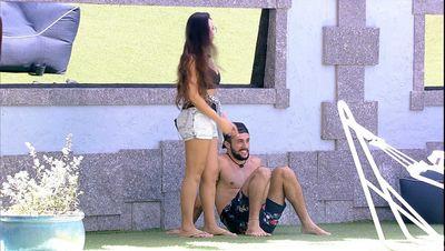 Juliette beija pescoço de brother e ele reage: 'Faz isso não que eu arrepio'