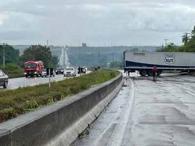 Motorista perde controle de caminhão na BR-101, em João Pessoa