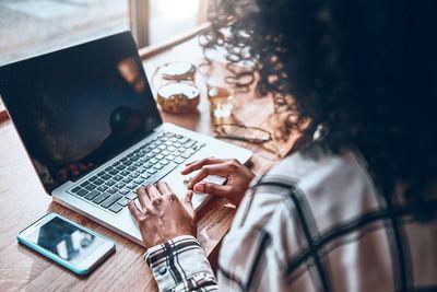 Feira on-line com empresas multinacionais faz recrutamento de universitários