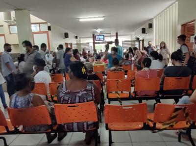 Imagens mostram aglomeração de pacientes que buscam tratamento em hospital de João Pessoa