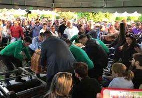 Amigos e familiares se despedem de Rômulo Gouveia; sepultamento reuniu multidão em CG