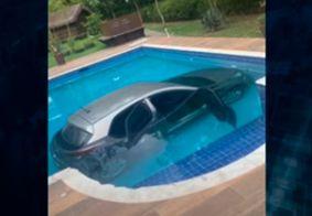 Carro cai dentro da piscina de uma residência