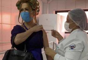 Vestido de Dona Hermínia, maquiador homenageia Paulo Gustavo ao tomar vacina