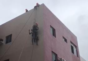 Equipamento rompe e trabalhador fica preso no topo de prédio em JP