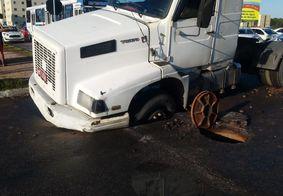 Caminhão fica preso em buraco provocado por vazamento na tubulação da Perimetral Sul