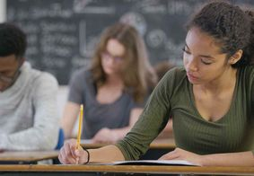 . É necessário ter o ensino médio como formação mínima